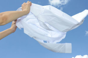 ふんわりルームブラ 干し方はブラを逆さにして2個以上の洗濯バサミで